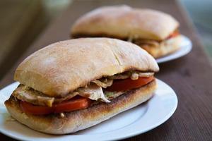 Бутерброды с курицей, цуккини и рикоттой.