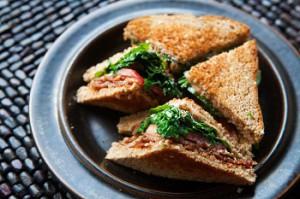 Бутерброд с беконом и рукколой.