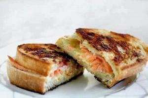 Жареный бутерброд с копченым лососем и с сыром