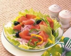 Средиземноморский салат из лосося