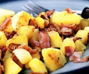 Жареный картофель в беконе
