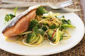 Жареный лосось с лапшой с брокколи