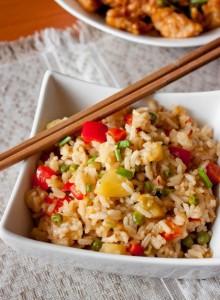 Жареный рис с ананасом и имбирем