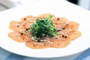 Карпаччо из лосося с соусом ремулад