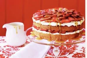 Миндальный торт с клубникой и карамельным соусом