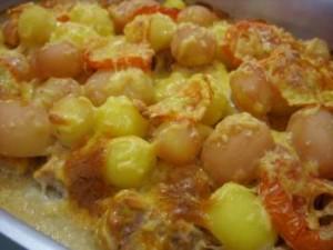 Молодой картофель с сыром и помидорами