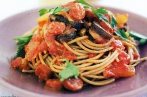 Спагетти  с баклажанами, помидорами и пепперони