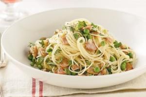 Спагетти с беконом, горохом, мятой и лимоном