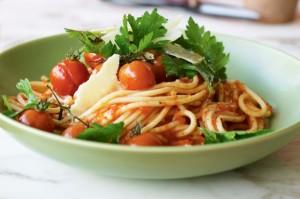 Спагетти с жареными помидорами, перцем чили и салатом из петрушки
