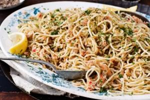 Спагетти с крабом, чили и зеленью