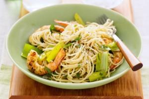 Спагетти с креветками и луком-пореем