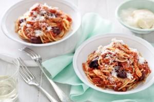 Спагетти с курицей, чили и оливками