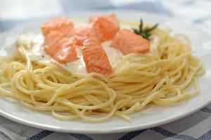 Спагетти с лососем, приготовленным на углях с лимоном и травами