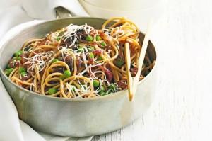 Спагетти с луком и горохом