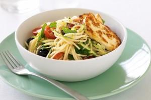 Спагетти с салатом, лимоном и халлуми.
