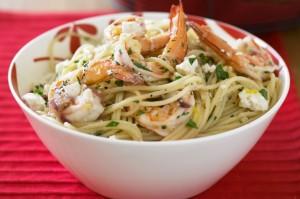 Спагетти с чесноком, креветками, лимоном и сыром фета