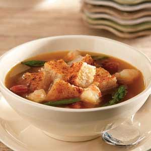 Суп из креветок, жареной спаржи с гренками и сыром пармезан