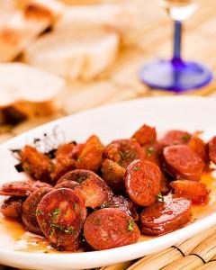 Колбаса в соусе из вина