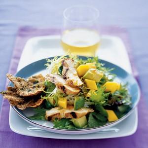 Салат из курицы, авокадо и манго