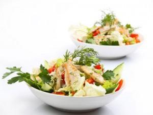 Куриный салат со спаржей и миндалем
