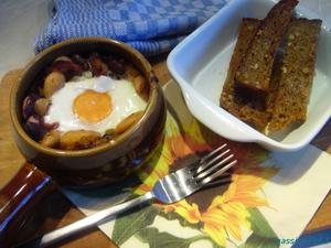 Запеченные яйца с фасолью