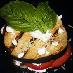 Жареные баклажаны с помидорами и козьим сыром