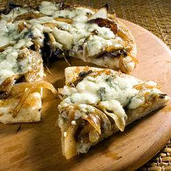 Пицца с карамельным луком
