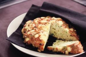 Хлеб с сыром, зеленью и луком