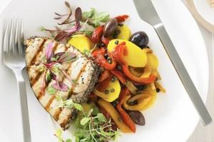 Рыба-меч с шафраном, картофелем и лимонным салатом