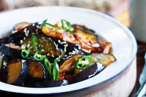Пряный жареный баклажан с кунжутом и перцем чили