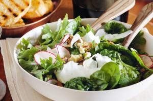 Салат со шпинатом, сельдереем и грецкими орехами