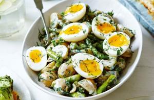 Картофельный салат с обжаренной спаржей и вареными яйцами