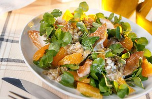 Салат с копченой скумбрией, апельсинами и чечевицей